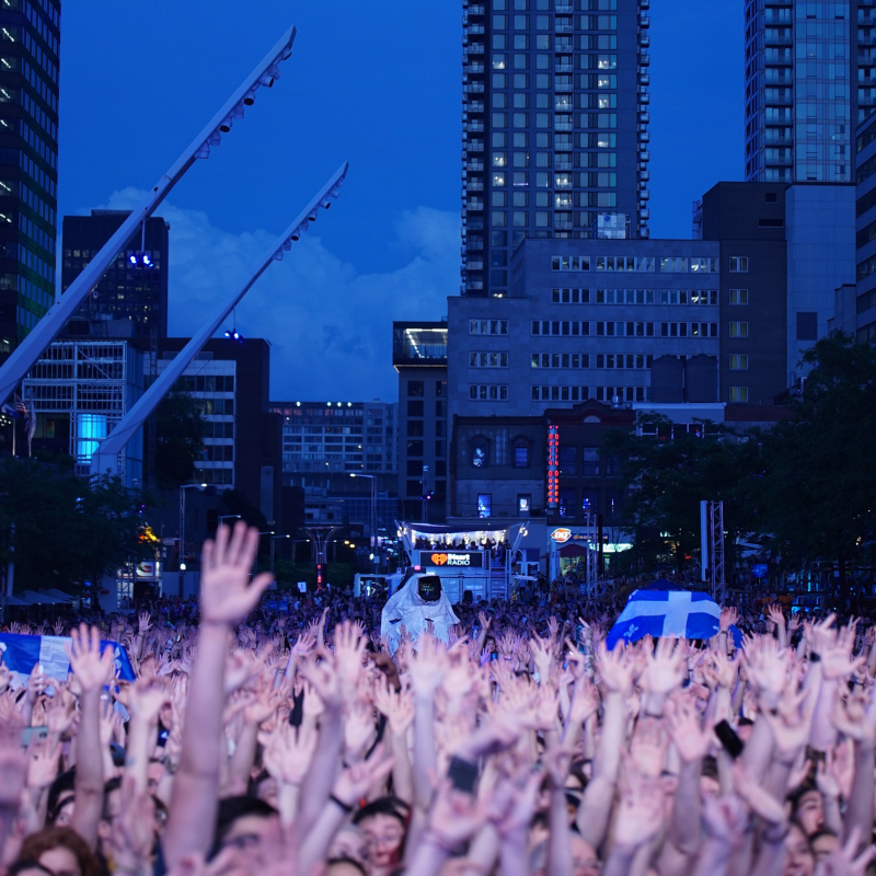 La foule sur la place des arts